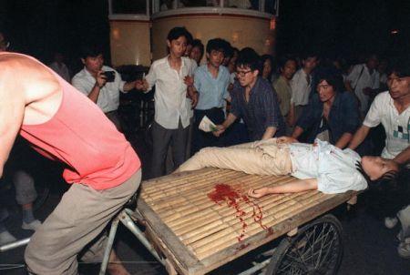 Изувеченных студентов везут в больницу. Фото: AFP/Getty Images