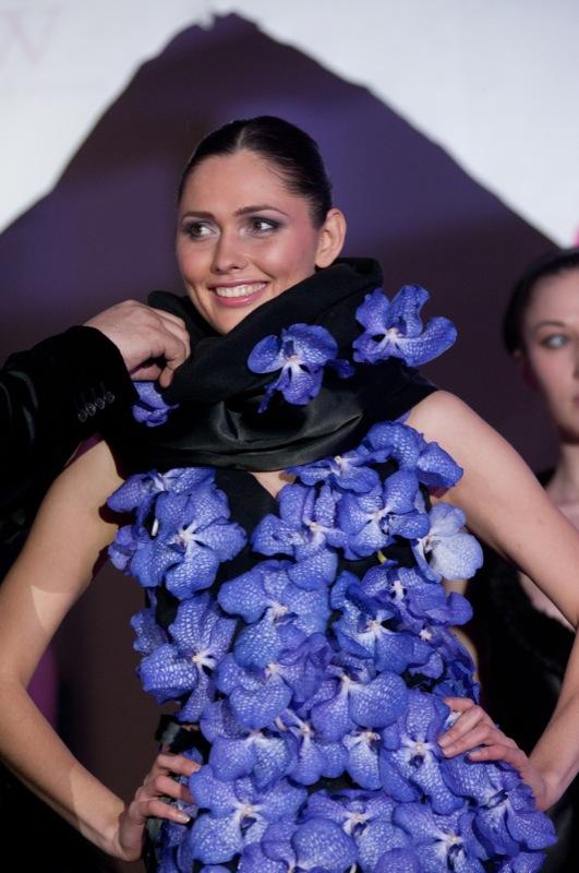 Самое длинное платье из цветов создал российский флорист во время Фестиваля цветочных идей Flower Party в Киеве 4 февраля 2012 года. Фото: Владимир Бородин/The Epoch Times Украина