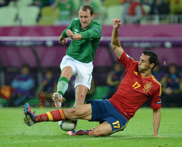 Испанский защитник Альваро Арбелоа отбирает мяч у ирландского игрока, 14июня, Польша. Фото: CHRISTOF Stache/AFP/Getty Images