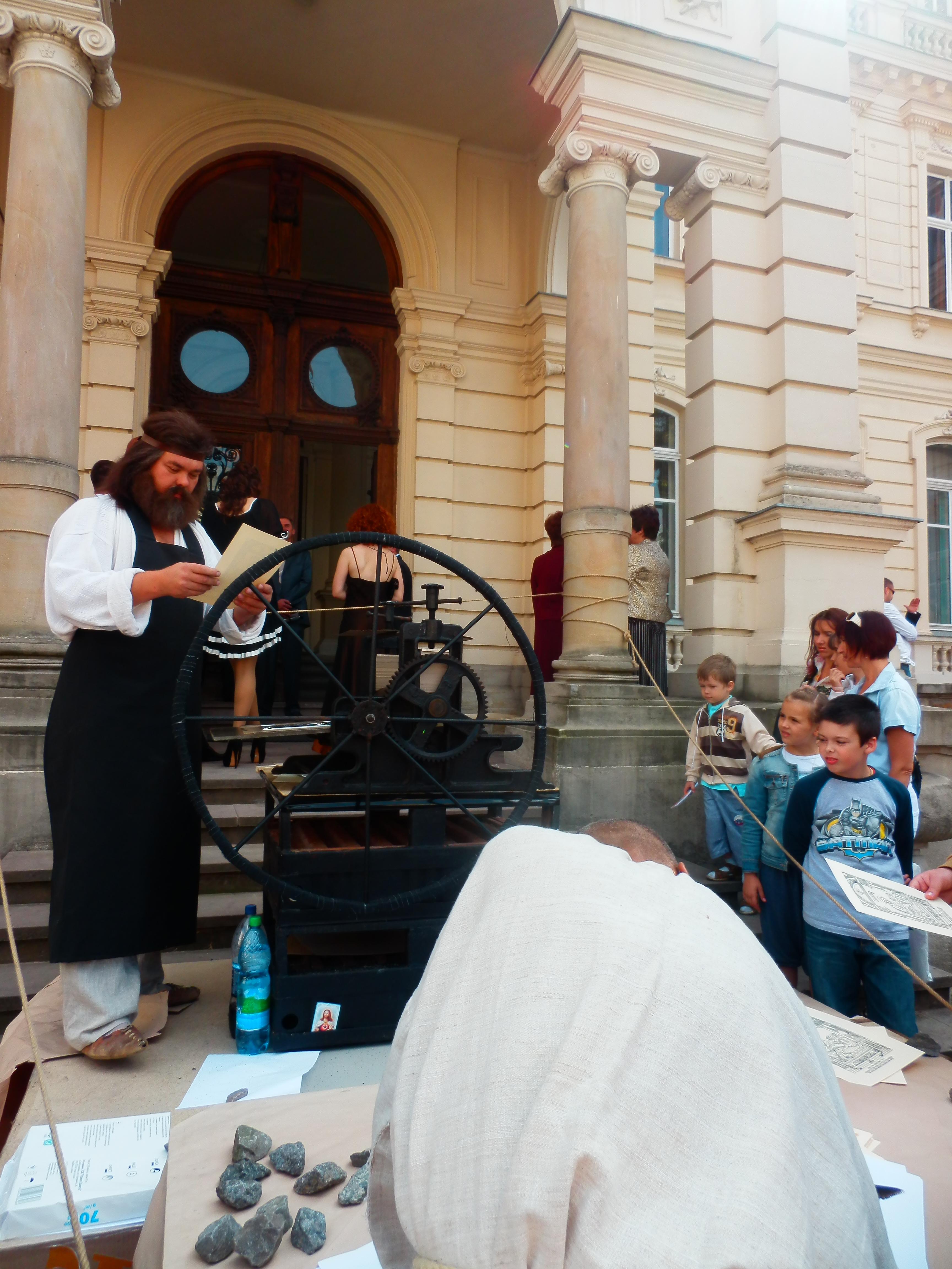 На східцях парадного входу до Палацу Потоцьких: документ, що призначається весільному кортежеві, вимагає перевірки на відповідність виключно ретельної
