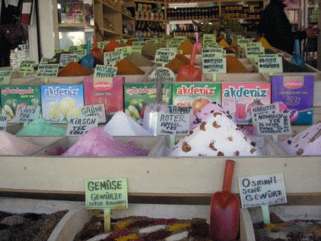 Пряности и чай на рынке в Анталии. Фото: Елена Подсосонная
