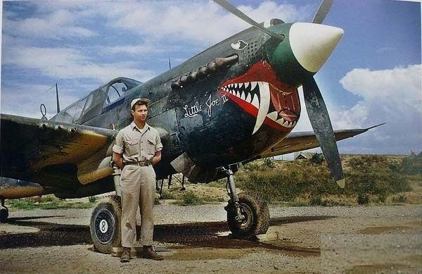 Військовий літак P40, оформлений у вигляді акули на військовому аеродромі міста Куньмін. Провінція Юньнань в 1945 році