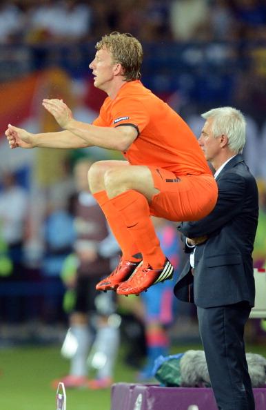 Голландець Дірк Кюйт розігрівається перед виходом на заміну в матчі Нідерланди проти Німеччини 13 червня 2012 року. Фото: PATRICK HERTZOG/AFP/Getty Images