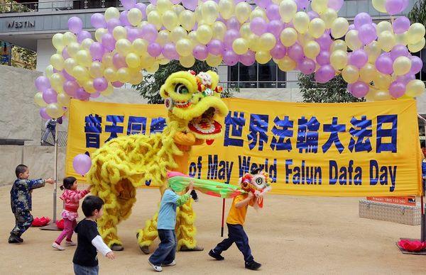 Последователи Фалуньгун исполняют танец льва. Фото: Чен Мин/ The Epoch Times