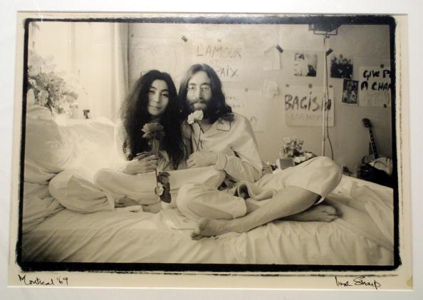 Джон Леннон (John Lennon) і його дружина Йоко Оно (Yoko Ono). Фото: MYCHELE DANIAU /Getty Images