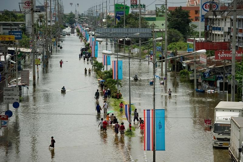Наводнение в Таиланде. Фото: NICOLAS ASFOURI/AFP/Getty Images