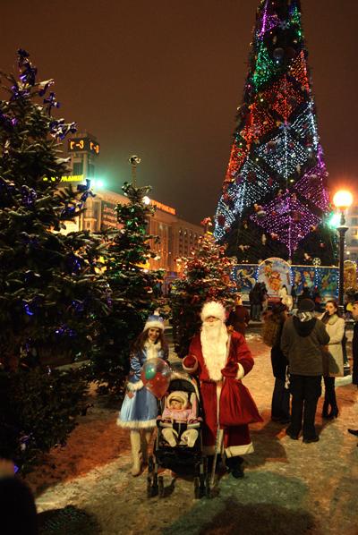 Главная елка страны засветились на площади Независимости в Киеве. Фото: Владимир Бородин/The Epoch Times