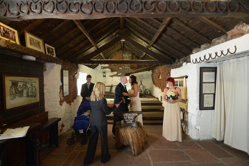 Гретна-Грін, Шотландія, 14 лютого. У знаменитій старій кузні проводиться весільний обряд. Удари ковальського молота «скріплюють» тут серця молодят з 1754 року. Фото: Jeff J Mitchell/Getty Images