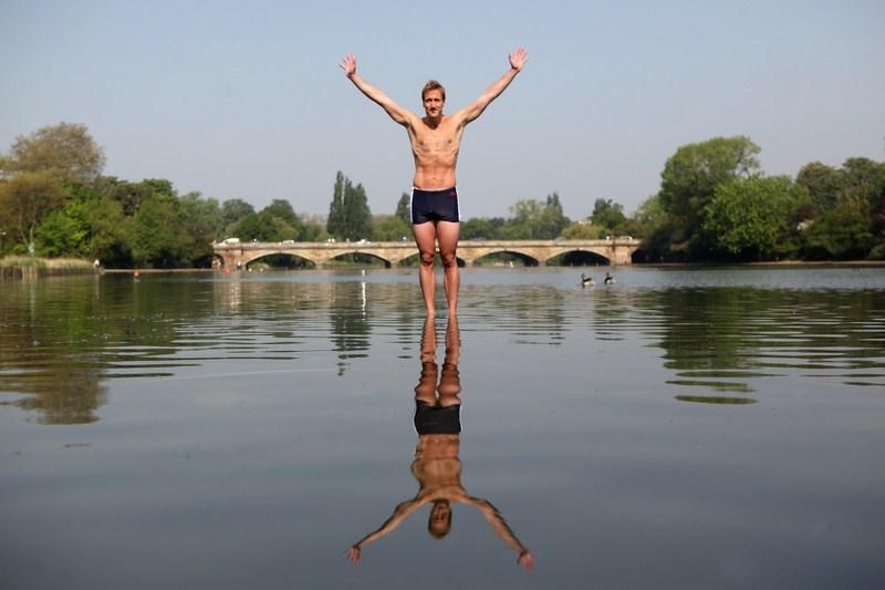 Лондон, Англія, 23травня. Телеведучий Бен Фогл оголошує на озері Серпентайн в Гайд-парку про намір перетнути вплав Атлантичний океан в наступному році. Фото: Oli Scarff/Getty Images