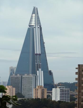 Отель «Ryugyong Hotel» в Северной Корее. Фото: IAN TIMBERLAKE / AFP / Getty Images