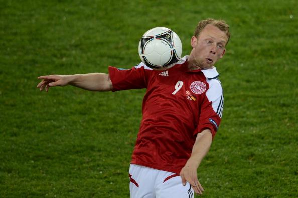 Данський півзахисник Майкл Крон-Делі контролює м'яч під час матчу Данія — Німеччина, 17червня 2012року у Львові. Фото: PATRIK STOLLARZ/AFP/Getty Images