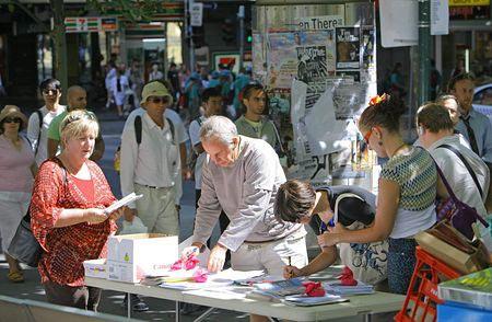 Люди підходять поставити свої підписи на захист послідовників Фалуньгун. Фото: Чень Мін/Велика Епоха