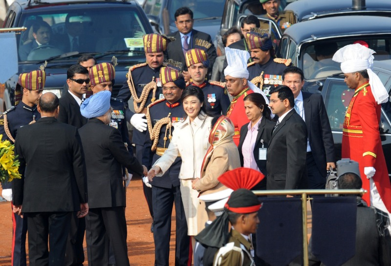 Премьер-министр Таиланда Йинглак Чиннават (в центре), почётный гость на параде в честь Дня Республики, приветствует премьер-министра Индии Манмохана Сингх (второй слева). Нью-Дели, Индия, 26 января 2012 г. Фото: RAVEENDRAN/AFP/Getty Images