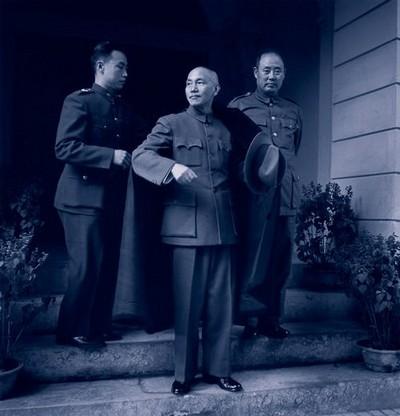 Адъютант помогает генералиссимусу Чану Кайши надеть верхнюю одежду. Пекин. Октябрь 1948 года. Фото с aboluowang.com