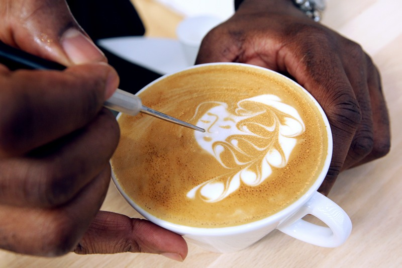 Ніцца, Франція, 27 червня. Французький чемпіон з латте-арту Руді Дюпюї створює малюнок у чашці еспресо під час виставки «Світ кави». Фото: JEAN-CHRISTOPHE MAGNENET/AFP/Getty Images