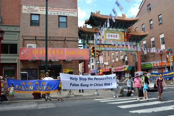 Филадельфия, США. День памяти погибших от репрессий практикующих Фалунь Дафа. Фото: Великая Эпоха