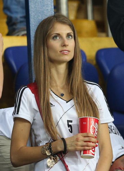 Харьков, Украина — 13 июня: Кэти Фишер, подруга Матса Хуммельса, во время матча между Нидерландами и Германией. Фото: Joern Pollex/Getty Images