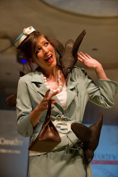 Цю модель надихнула Біла Відьма з фільму «Хроніки Нарнії». 9-й щорічний захід «Солодка добродійність» фонду «Серце Америки». Моделі оброблені і прикрашені шоколадом, цукром і марципаном. Фото: NICHOLAS Kamm/afp/getty Images