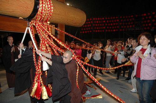 Тайбэй. В ночь перед Новым годом в храме начинают бить в колокол. Фото: Центральное агентство новостей