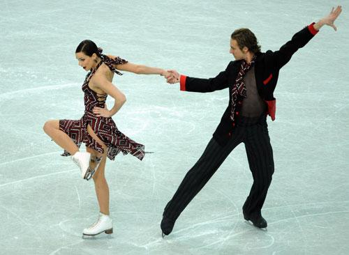 Наталі Пешала/Фабіан Бурза (Франція) виконують обов'язковий танець. Фото: JOE KLAMAR/AFP/Getty Images