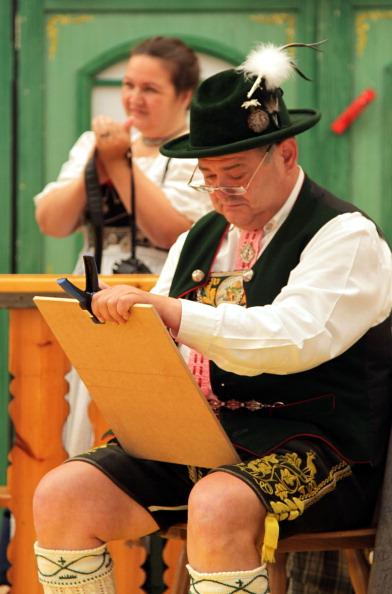 Член журі на конкурсі баварського народного танцю «Шуплаттлер» у фольклорному осередку м. Вайльхайм, Німеччина. Фото: Johannes Simon/Getty Images