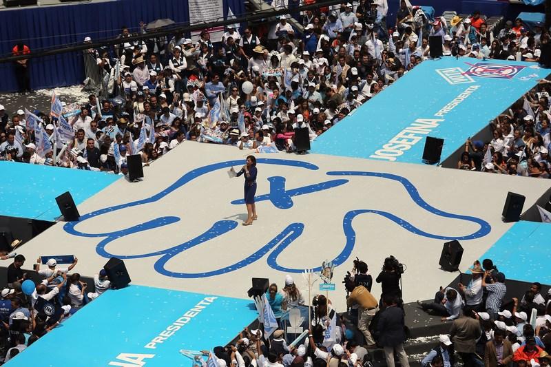 Мехіко, Мексика, 23 червня. Жозефіна Васкес Мота, перша жінка-кандидат у президенти від правлячої партії Національної дії, проводить передвиборчу кампанію. Фото: John Moore/Getty Images