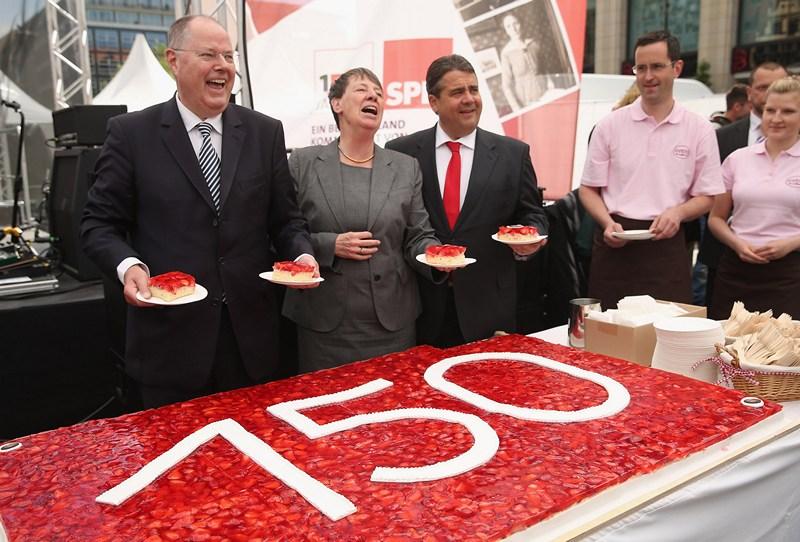Лейпциг, Німеччина, 23 травня. Соціал-демократи святкують 150-річчя партії. Всім охочим — порція святкового пирога з полуницею. Фото: Sean Gallup/Getty Images
