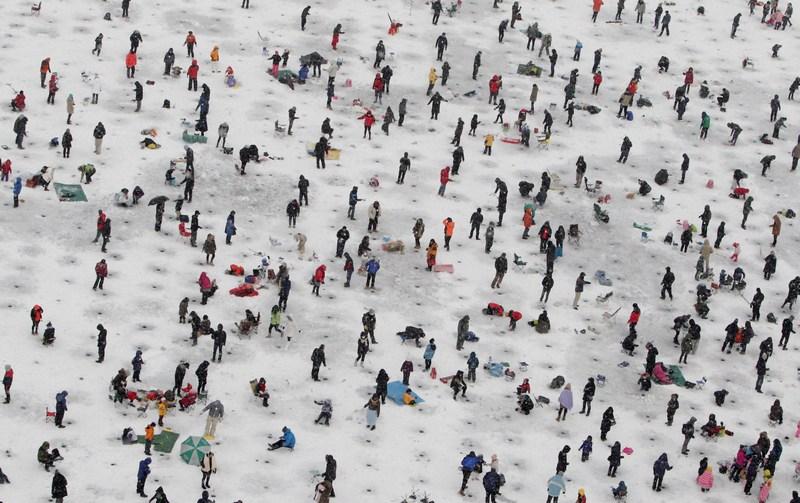 Хвачхон, Південна Корея, 5січня. Жителі міста беруть участь у конкурсі підлідної риболовлі на Фестивалі льоду. За традицією рибу ловлять на приманку або голими руками. Фото: Chung Sung-Jun/Getty Images