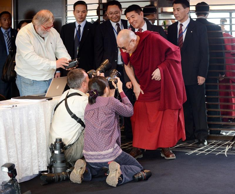Йокогама, Япония, 5 ноября. Далай-лама позирует перед фотографами во время встречи в японскими учёными. Фото: TORU YAMANAKA/AFP/Getty Images