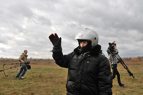 Прощание с родственниками перед отлетом. Фото: Владимир Бородин/The Epoch TimesУкраина