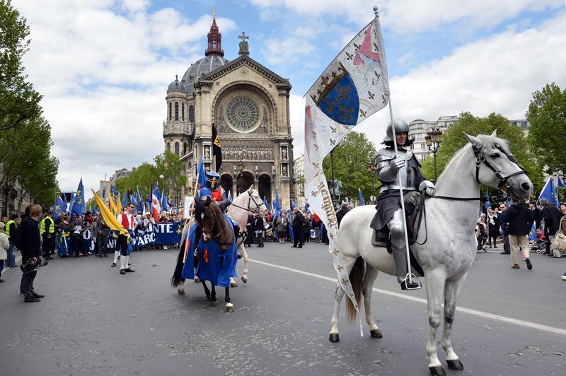 Париж, Франція, 12 травня. У столиці проходить парад на честь Жанни д'Арк. Фото: MIGUEL MEDINA/AFP/Getty Images