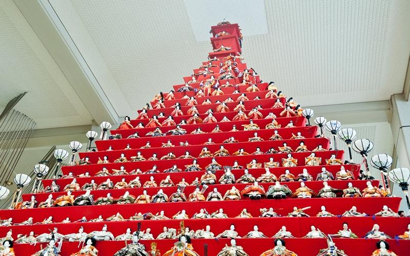 Коносу, Япония, 27 февраля. К «Празднику девочек» (хина-мацури), который будет отмечаться 3 марта, в холле здания городской мэрии выстроили 31-этажную пирамиду, где разместились более 1700 кукол (хина). Фото: Keith Tsuji/Getty Images