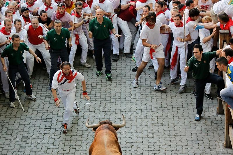 Памплона, Іспанія, 7 липня. Учасники фієсти Сан-Фермін дражнять бика. Фото: Pablo Blazquez Dominguez/Getty Images