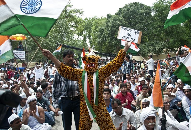 Дели, Индия, 25 июля. Митинг поддержки оппозиционера Анны Хазаре, выступающей против коррупции. Фото: RAHUL SINGH/AFP/GettyImages