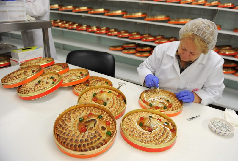 Толедо, Іспанія, 29листопада. У пекарнях міста працюють над виготовленням різдвяних кексів «Anguila», які за традицією випікаються у вигляді згорнутого в кільце вугра. Фото: Denis Doyle/Getty Images