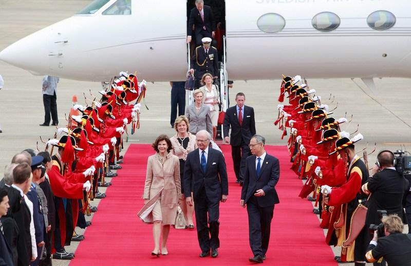 Сеул, Южная Корея, 29 мая. Король Швеции Карг XVI Густав и королева Сильвия прибыли в Южную Корею с 4-х дневным визитом. Фото: Chung Sung-Jun/Getty Images
