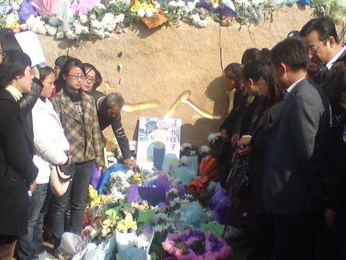 Місцеві жителі поминають п'ятирічного Ся Ченліня. Провінція Цзянсу в Китаї. Грудень 2010 року. Фото з epochtimes.com