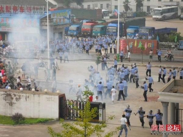 Китайские полицейские разгоняют крестьян, протестующих против строительства мусороперерабатывающего завода. Провинция Аньхой. 25 июля 2010 год. Фото с epochtimes.com