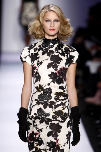 Коллекция женской одежды Diane von Furstenberg осень 2008 от дизайнера Diane von Furstenberg, представленная 3 февраля на неделе моды от Mercedes-Benz в Нью-Йорке. Фото: Frazer Harrison/Getty Images