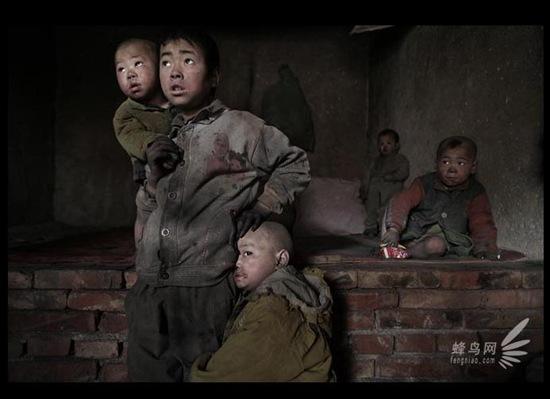 Самому старшему из них 9 лет, самому младшему около 2 лет. Они живут в очень загрязнённом районе, в постоянной грязи. 10 апреля 2005 год. Фото: Лу Гуан