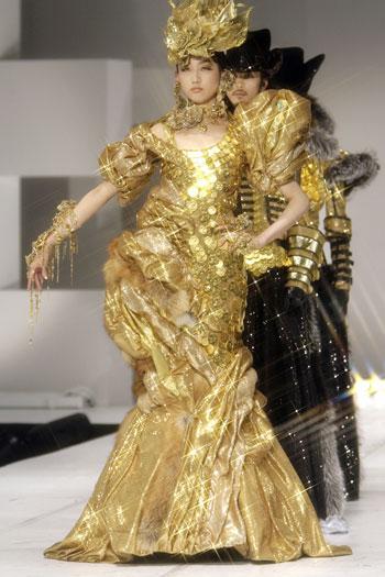 Длинное платье украшено  325 Венскими монетами (Vienna Harmony), стоимость которых составляет  27 миллионов иен (235 000 USD). Фото: YOSHIKAZU TSUNO/AFP/Getty Images