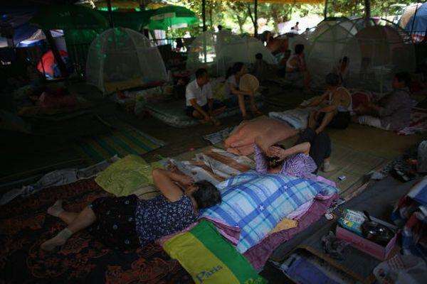 Город Менянь провинции Сычуань. Люди живут в примитивных самодельных палатках и навесах. Фото: Andrew Wong/Getty Images