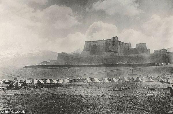 Британская военная экспедиция расположилась под крепостью Phari Jung. Тибет. Фото с dailymail.co.uк
