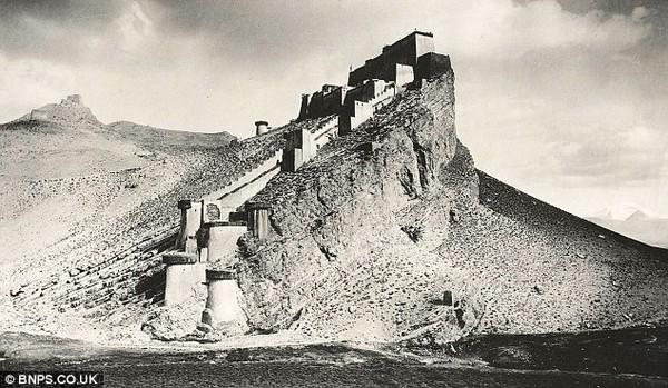 Фортеця Khamba Jung. Історичні фото Тибету. 1903 рік. Фото з dailymail.co.uк