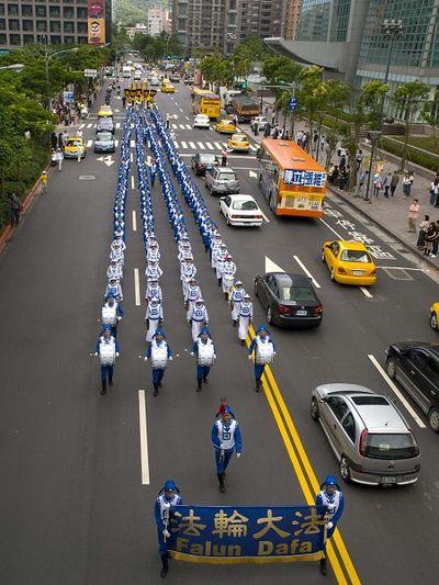 Святкова хода вулицями Тайбея. Фото: Тан Бін/The Epoch Times