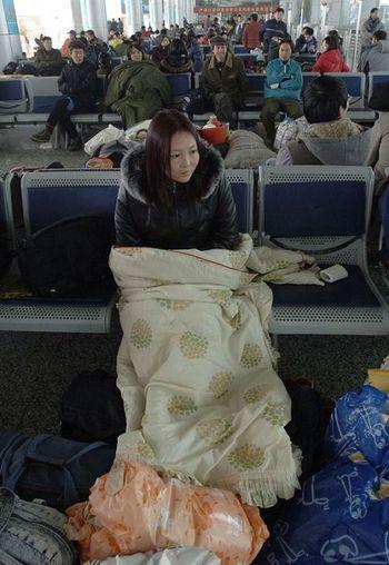 27 января, вокзал г.Хэфэй. Люди уже долгое время ждут своих поездов. Фото: AFP