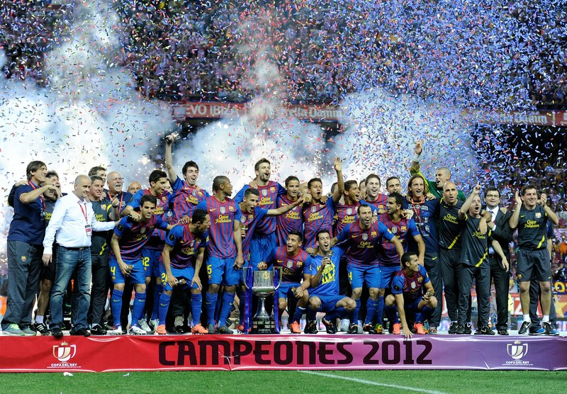 Мадрид, Испания, 25 мая. Игроки «Барселоны» празднуют победу над «Атлетик Бильбао» в финале турнира «Королевский кубок». Фото: Denis Doyle/Getty Images