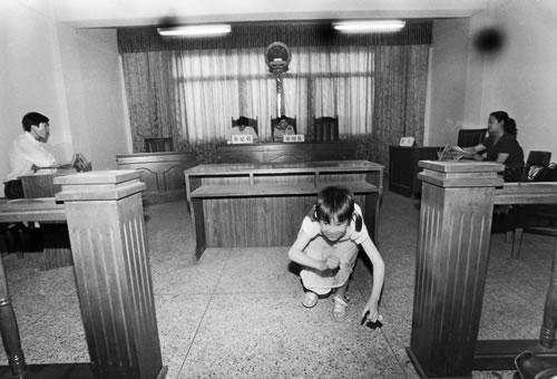 Пока муж с женой оформляют развод в суде, их ребёнок нашёл себе развлечение. Фото с epochtimes.com