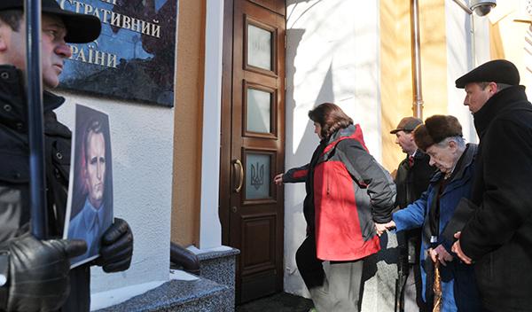 Сын Романа Шухевича Юрий Шухевич (второй справа) заходит в ВАСУ в Киеве 16 февраля 2011 года. Фото: Владимир Бородин/The Epoch Times Украина