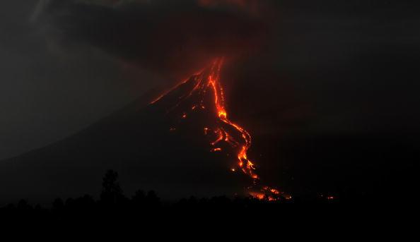 Вулкан Майон стал извергать лаву. Ранее власти предупреждали, что такое может произойти в любой момент. Филиппины. Фото: TED ALJIBE/AFP/Getty Images